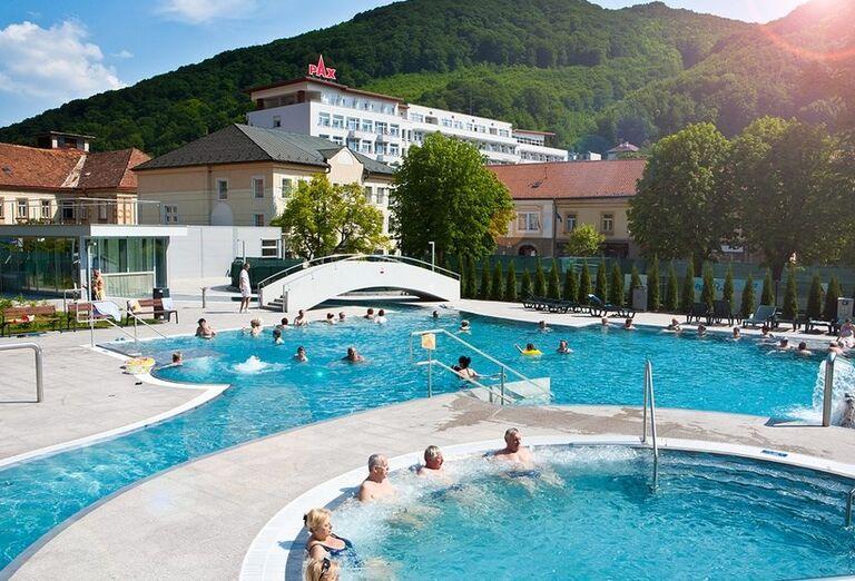Vonkajšie bazény v kúpeľnom hoteli Pax