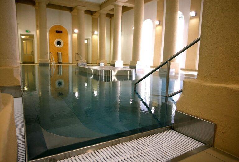 Vstup do vnútorného bazénu v kúpeľnom hoteli Pax