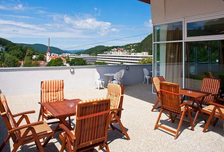 Posedenie na terase v kúpeľnom hoteli Pax