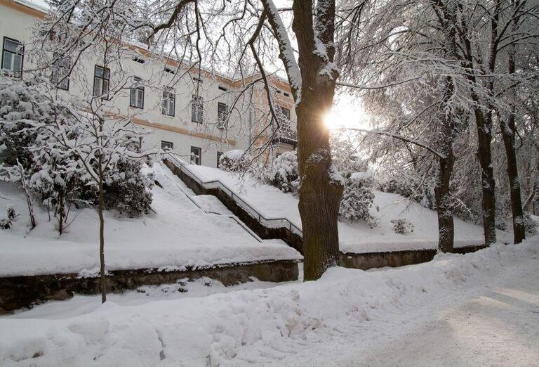 Zimný pohľad na kúpeľný hotel Palace