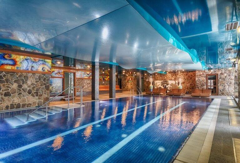 Vnútorný bazén vo wellness hoteli Borovica