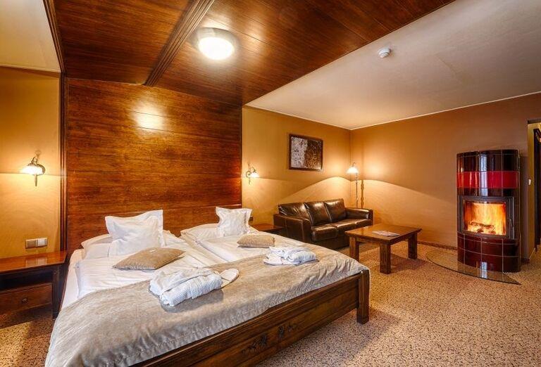 Izba s krbom vo wellness hoteli Borovica