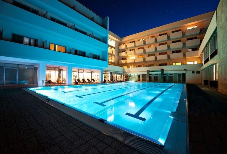 Večerný pohľad na bazén pred hotelom Royal Palace