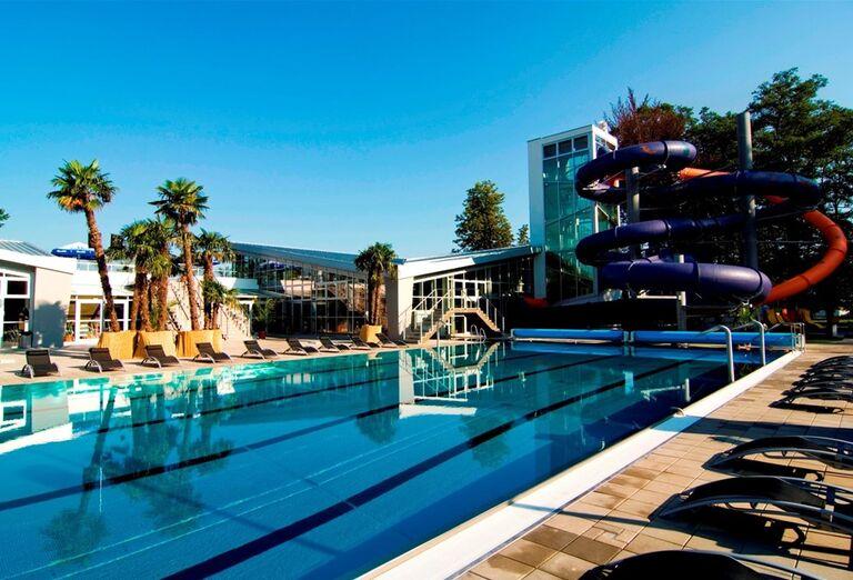 Vonkajší bazén s tobogánom v hoteli Royal Palace