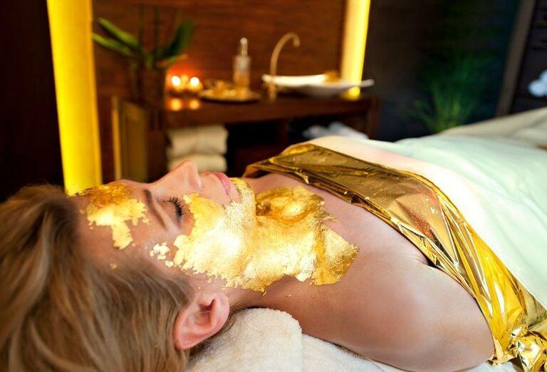 Źena na kolagénovej maske v hoteli