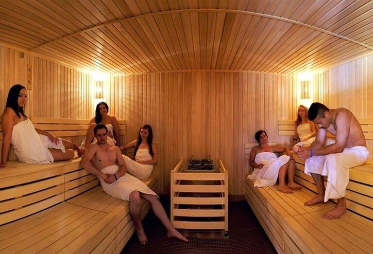 Ľudia vo fínskej saune