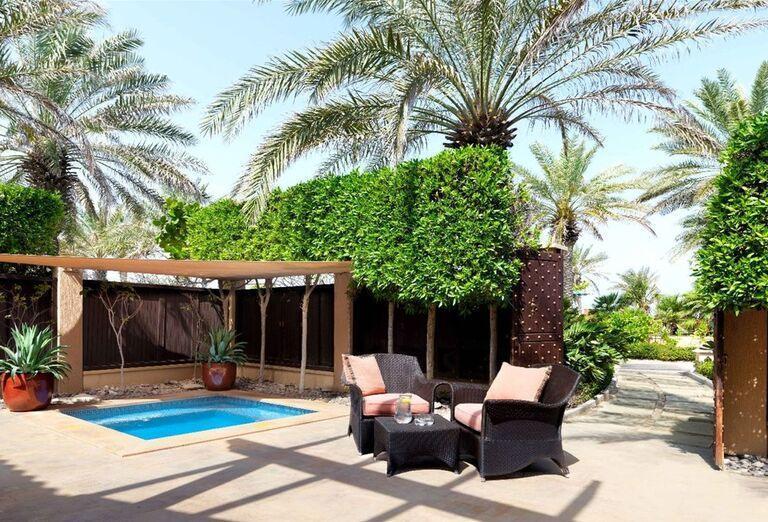 Posedenie pri menšom bazéne v hoteli Waldorf Astoria Dubai Palm Jumeirah