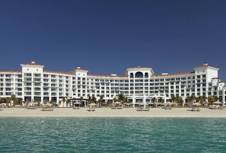 Pohľad od mora na hotel Waldorf Astoria Dubai Palm Jumeirah