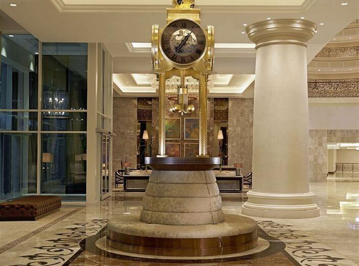 Interiér hotela so sochou hodín v hoteli Waldorf Astoria Dubai Palm Jumeirah