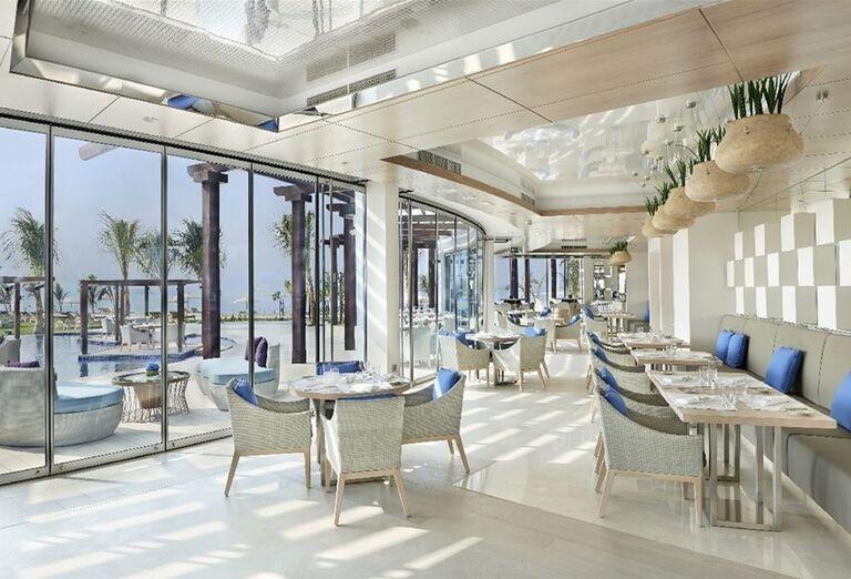 Posedenie na terase v hoteli Waldorf Astoria Dubai Palm Jumeirah
