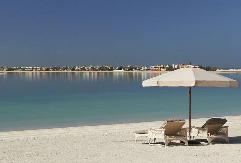 Ležadlá na pláži s výhľadom na more pri hoteli Waldorf Astoria Dubai Palm Jumeirah