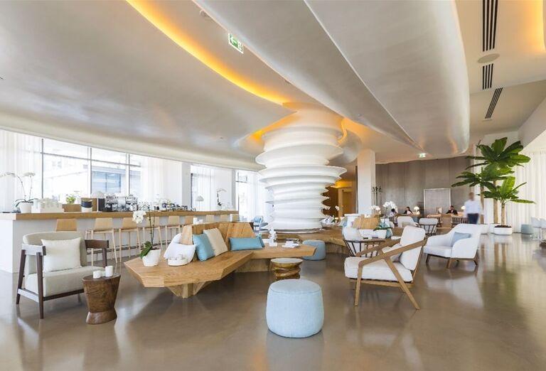 Lobby bar v hoteli Nikki Beach Resort and Spa Dubai