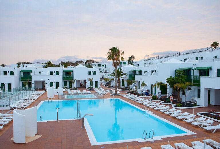 Gloria Izaro Club Hotel - lehátka pri bazéne