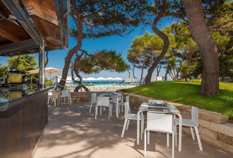 Bar s výhľadom na more v hoteli Iberostar Playa de Muro Village