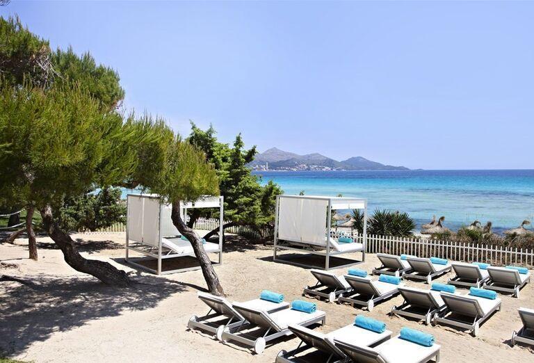 Ležadlá s výhľadom na more v hoteli Iberostar Playa de Muro Village