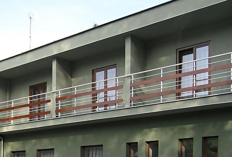 Pohľad na balkóny v Agropenzióne Adam