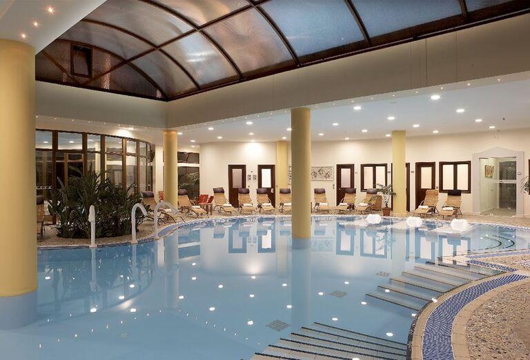 Vnútorný bazén v hoteli Atrium Palace Thalasso Spa & Villas