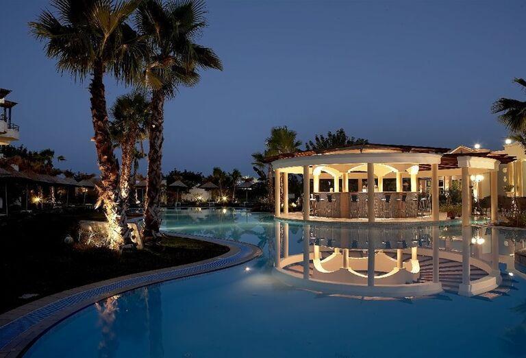 Večerný pohľad na bazén v hoteli Atrium Palace Thalasso Spa & Villas