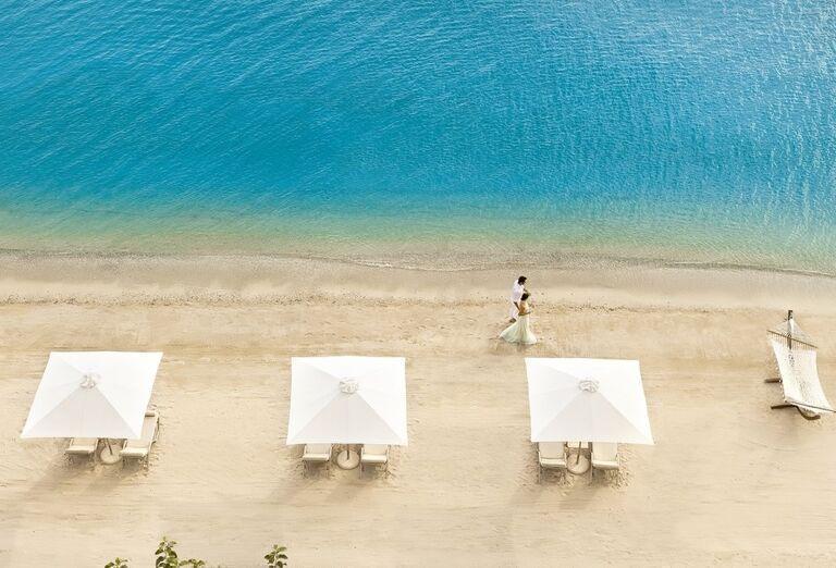 Pohľad z výšky na pláž pred hotelom Ikos Oceania