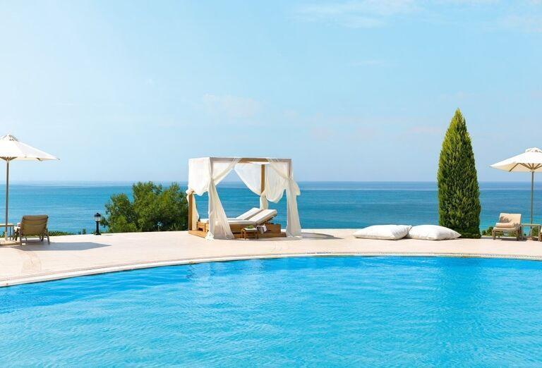 Bazén s výhľadom na more v hoteli Ikos Oceania