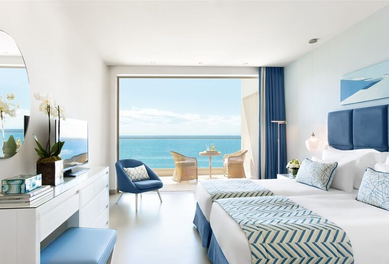 Izba s terasou a výhľadom na more v hoteli Ikos Oceania