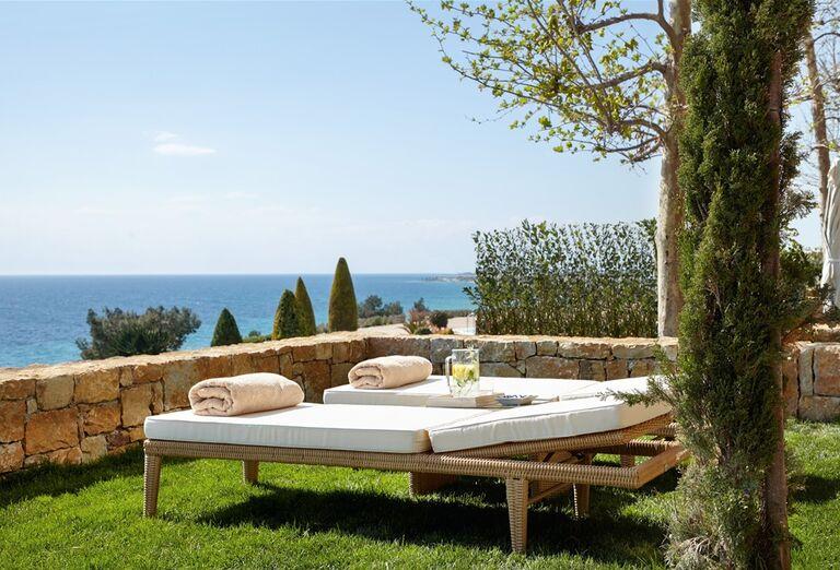 Ležadlá s výhľadom na more v hoteli Ikos Oceania