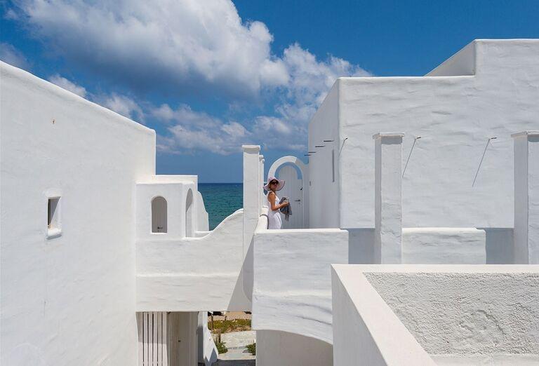 Žena pri vychádzaní z hotela Knossos Beach Bungalow & Suites