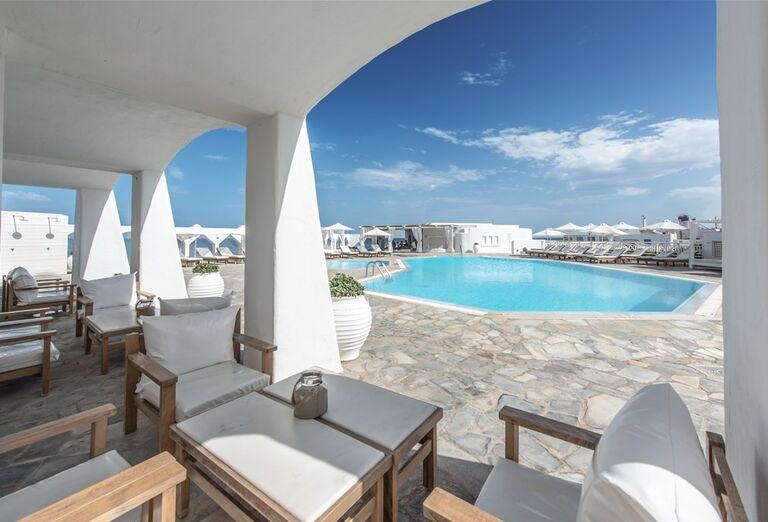 Pohľad na posedenie a bazén v hoteli Knossos Beach Bungalow & Suites