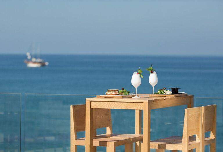 Posedenie s výhľadom na more v hoteli Abaton Island Resort & Spa