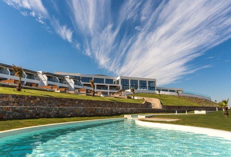 Pohľad od bazéna na hotel Abaton Island Resort & Spa
