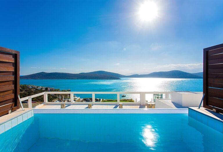 Bazén s výhľadom na more v hoteli Royal Marmin Bay Boutique & Art Hotel