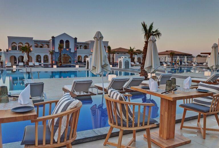 Vonkajšie posedenie v hoteli Anemos Luxury Grand Resort