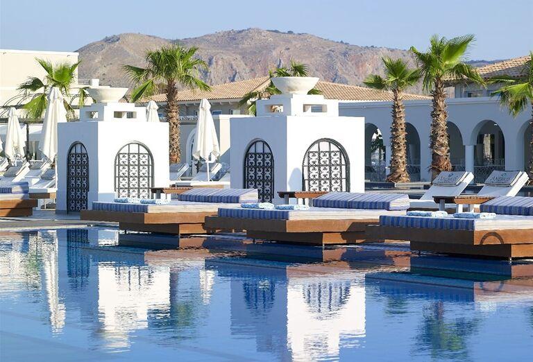 Ležadlá nad bazénom v hoteli Anemos Luxury Grand Resort