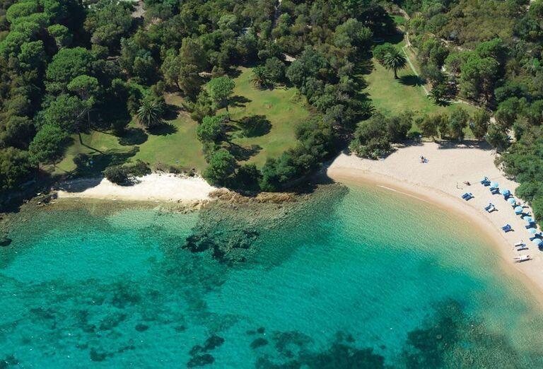 Pláž pred rezortom Valle Dell ´Erica Thalasso & Spa
