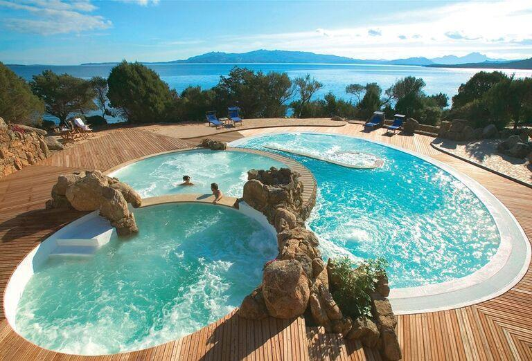 Bazény v rezorte Valle Dell ´Erica Thalasso & Spa