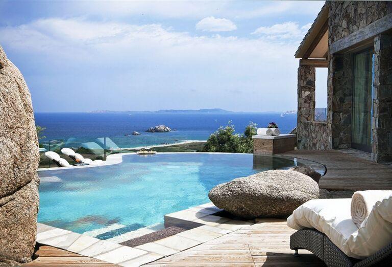 Bazén s výhľadom na more v rezorte Valle Dell ´Erica Thalasso & Spa