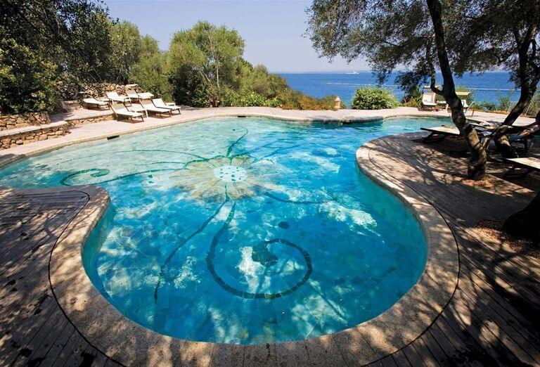 Bazén s ležadlami v rezorte Valle Dell ´Erica Thalasso & Spa