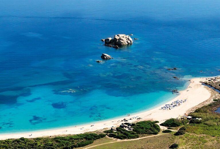 Piesková pláž pri rezorte Valle Dell ´Erica Thalasso & Spa