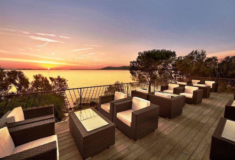 Posedenie pri západe slnka v rezorte Valle Dell ´Erica Thalasso & Spa