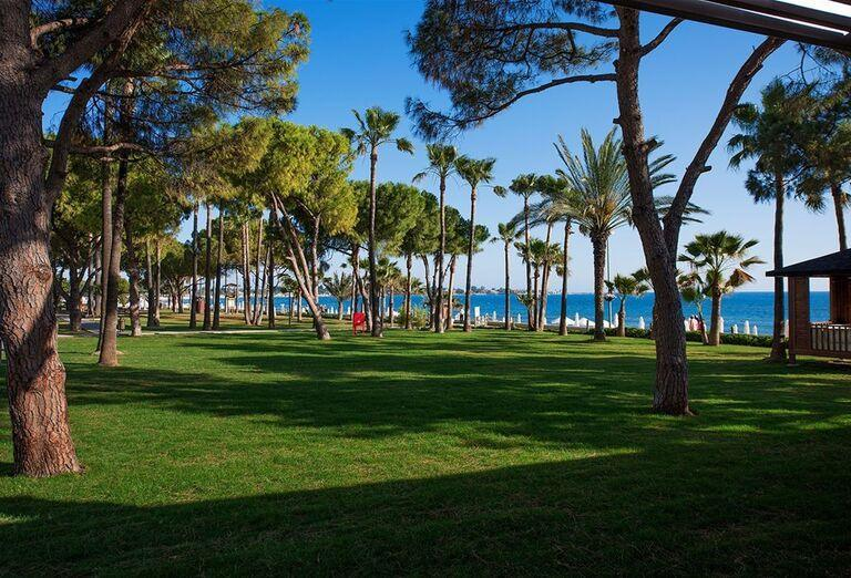 Záhrada v hoteli Barut Acanthus & Cennet