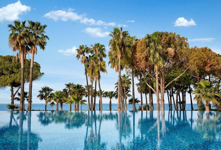 Bazén s výhľadom na more v hoteli Barut Acanthus & Cennet