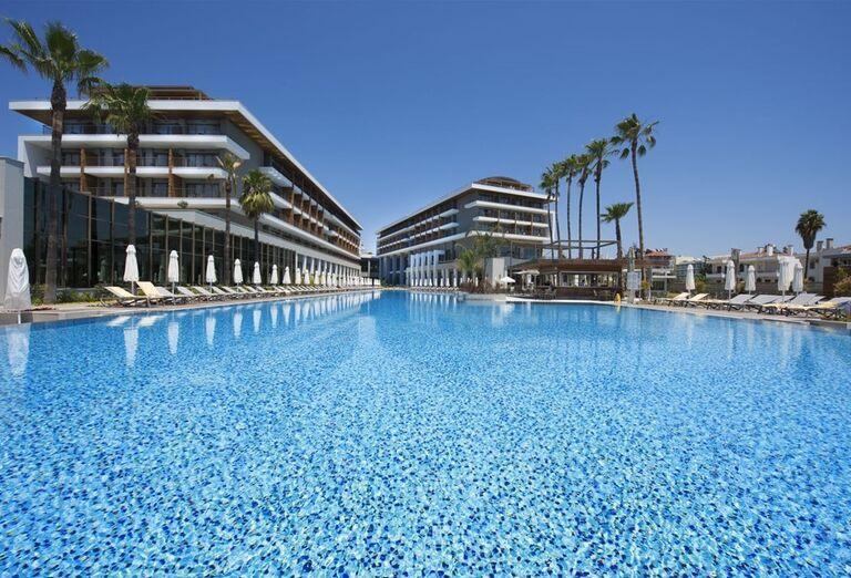 Pohľad od bazéna na hotel Barut Acanthus & Cennet