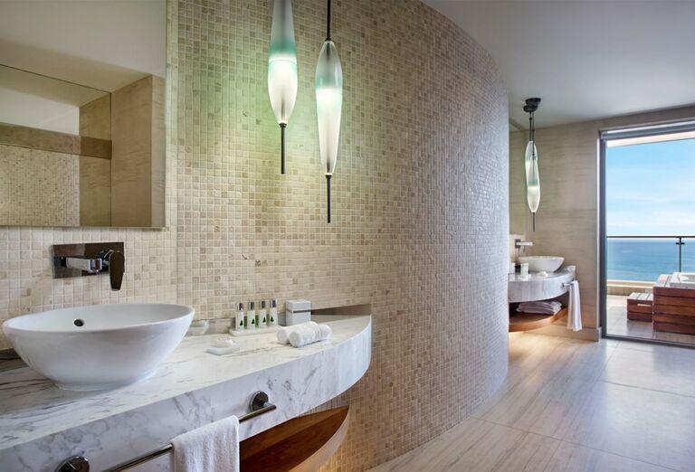 Izba s vírivkou na terase a výhľadom na more v hoteli Barut Acanthus & Cennet
