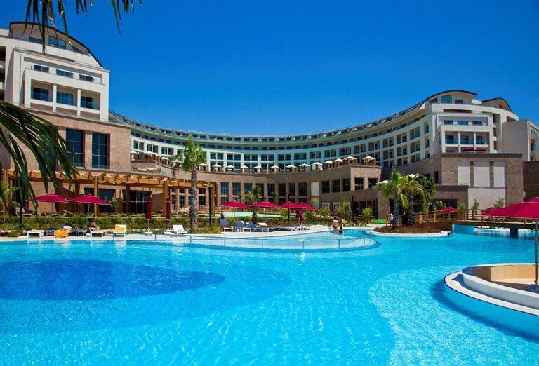 Pohľad od bazéna na hotel Kaya Palazzo Golf Resort