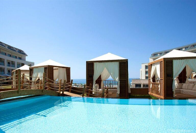 Luxusné ležadlá pri bazéne v hoteli Kaya Palazzo Golf Resort