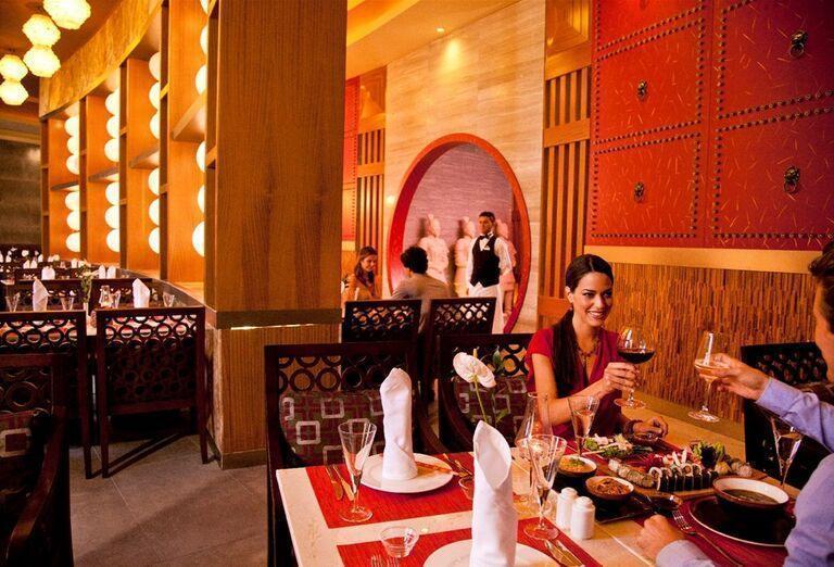 Párik na večeri v hoteli Kaya Palazzo Golf Resort