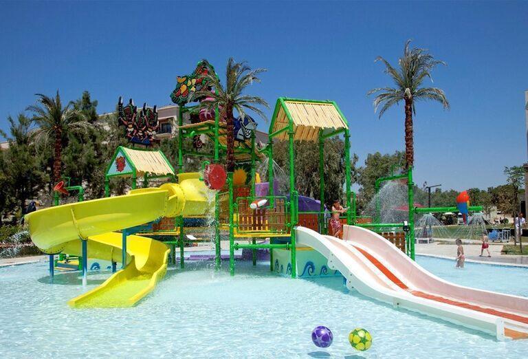 Bazén s detskými šmykľávkami v hoteli Kaya Palazzo Golf Resort