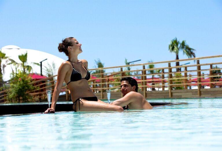 Párik v hotelovom bazéne
