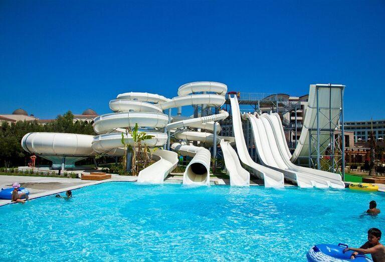 Bazén s tobogánmi v hoteli Kaya Palazzo Golf Resort