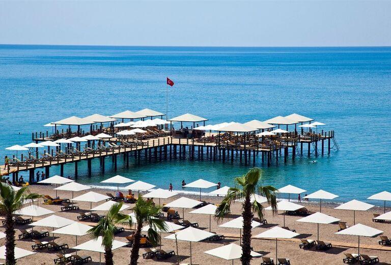 Posedenie na terase nad morom pred hotelom Kaya Palazzo Golf Resort